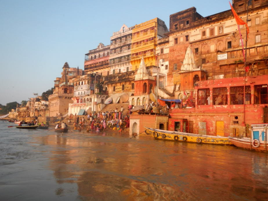 Altstadtpanorama Varanasi am Ganges