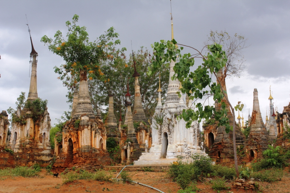 Stupas des Pagodenfelds der Shwe Inn Thein-Pagode